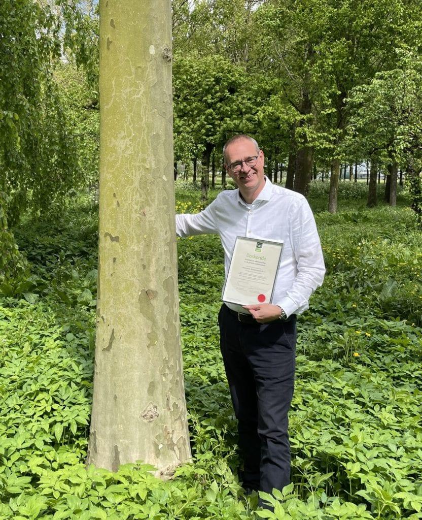 Dirk Doornenbal, directeur Nationale Bomenbank met Groenkeur oorkonde